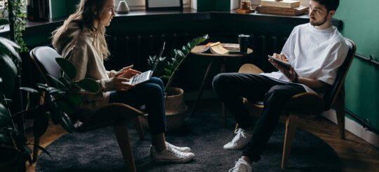 twee mensen in kantoor
