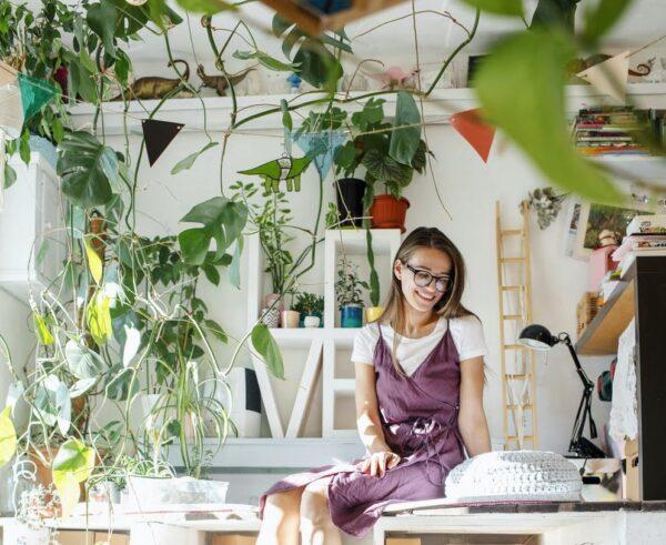 Vrouw in huis met planten